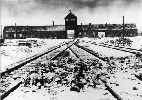 """מחנה אושוויץ-בירקנאו. """"אמא ראתה שאנשים נכנסים, ואף אחד לא יוצא"""" (צילום: AP)"""