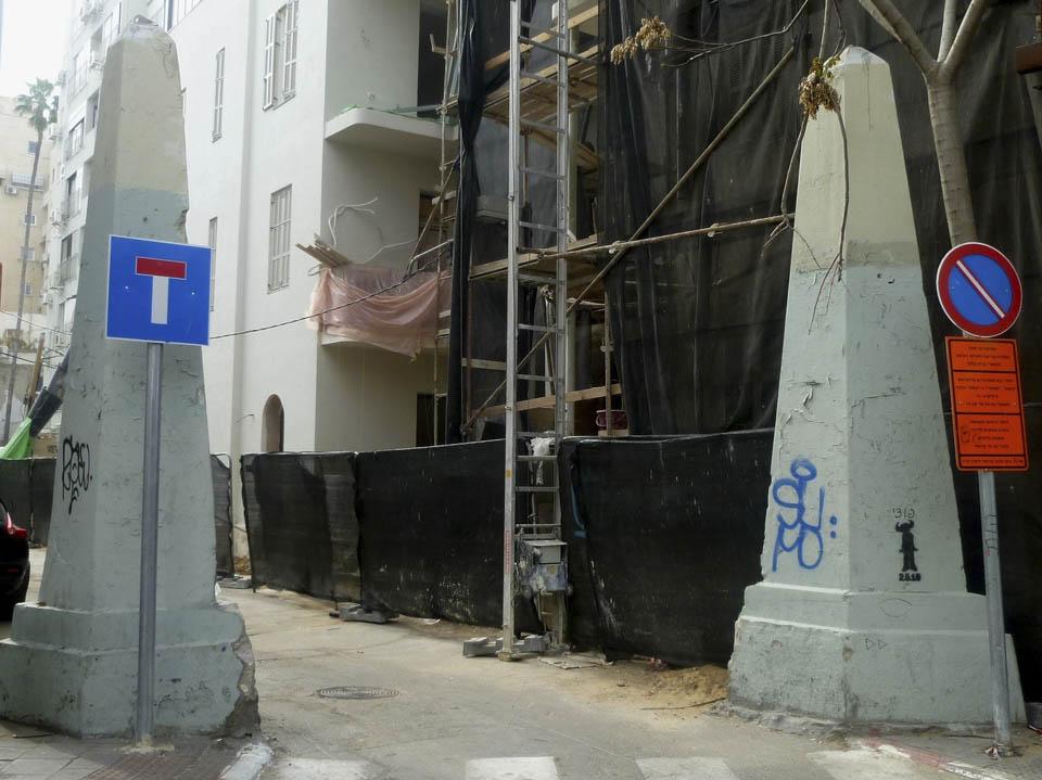 Вход на Безымянный переулок с сохранившимися воротами