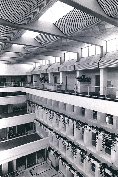 פנים בניין בנק ישראל בירושלים (1966-81), בשיתוף אלדר שרון (צילום: רן ארדה; אוסף יעל אלוני)