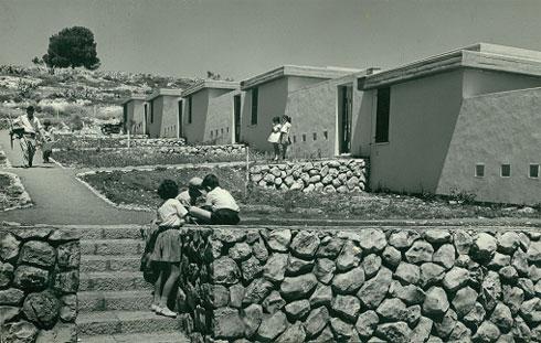 שכונת ''מדורגים'' בנצרת עילית, 1955-57, בשיתוף בנימין אידלסון (צילום: ה. שדה; אוסף יעל אלוני)