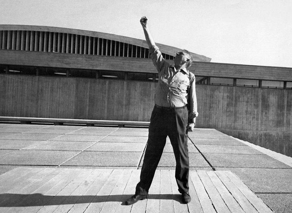 אריה שרון ברחבת הפורום, קריית הטכניון בחיפה, 1964 (צילום: רן ארדה; אוסף יעל אלוני)