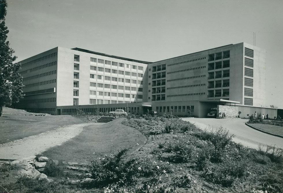 בית החולים בילינסון בפתח תקווה - ההרחבה בתחילת שנות ה-50. מבני הציבור של המשרד פרושים בכל הארץ (צילום: פאול גרוס; אוסף יעל אלוני)