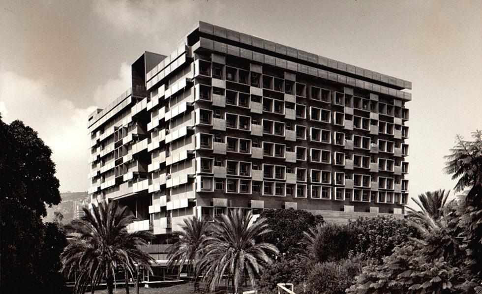 בית חולים רמב''ם בחיפה, הבניין המרכזי. תכנן אותו בשיתוף בנו, אלדר שרון (צילום: רן ארדה; אוסף יעל אלוני)