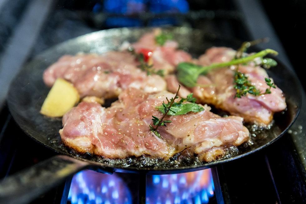 עוף בסלק על תבשיל קינואה (צילום: ירון ברנר)