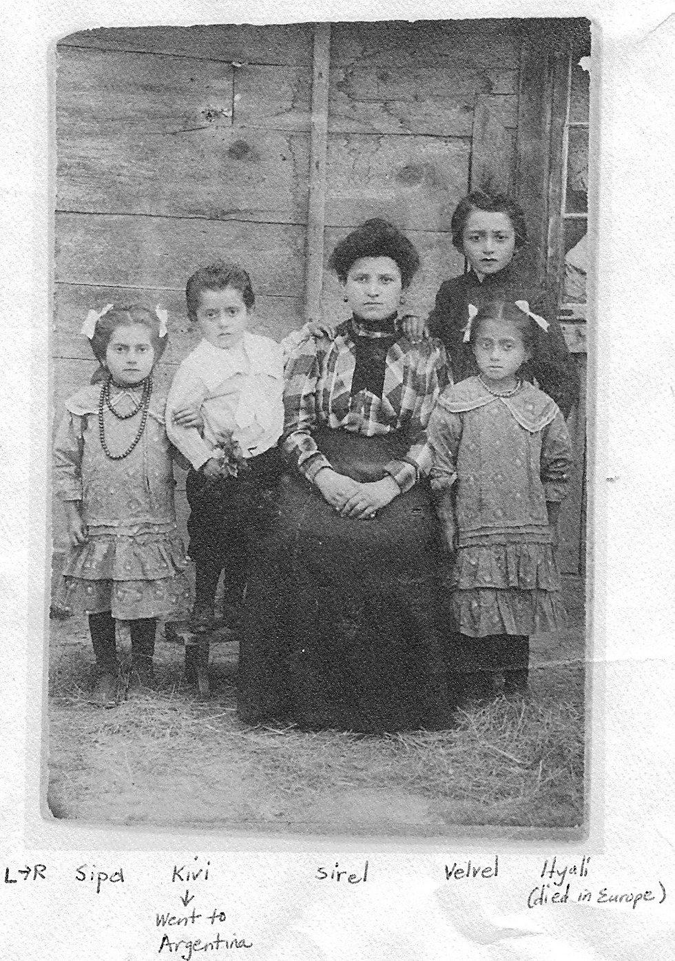 במרכז צירל, אחותו של מרדכי חיים - עם ילדיה באנטופול ()