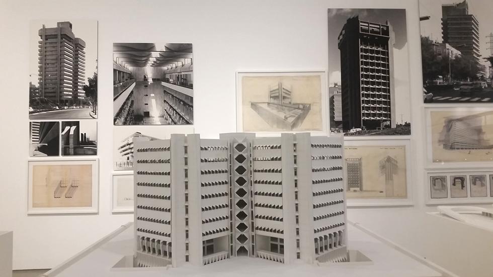 אחד החללים בתערוכה בביתן הלנה רובינשטיין. כל חלל מוקדש לנדבך אחר ביצירתו של האדריכל (צילום: מיכאל יעקובסון)