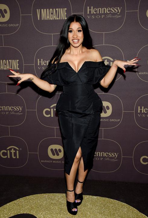 הגרסה של קארדי בי לשמלה שחורה קטנה (צילום: AP)
