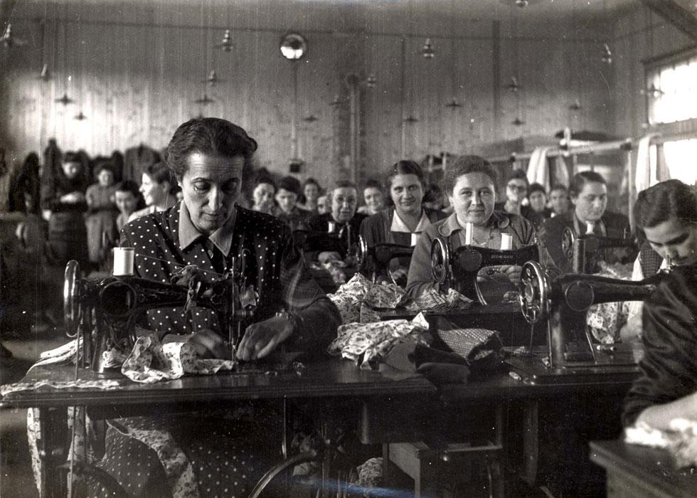 """תופרות יהודיות בסלובקיה בשואה. """"אני תמיד תוהה האם הבגדים האלה מסתובבים היום בידי חובבי וינטג', שאין להם מושג על ההיסטוריה של הבגד"""", אומרת הסופרת והיסטוריונית האופנה לוסי אדלינגטון (צילום: באדיבות יד ושם)"""