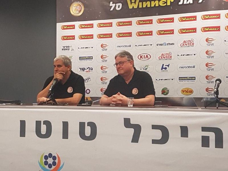 שלמה אייזיק ואיתן לנציאנו במסיבת העיתונאים (צילום: ברק חקלאי)