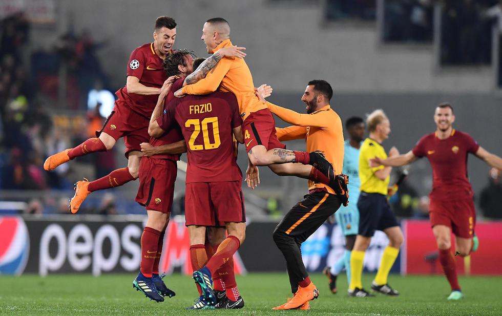 רומא חוגגת את הניצחון הענק על ברצלונה (צילום: EPA)