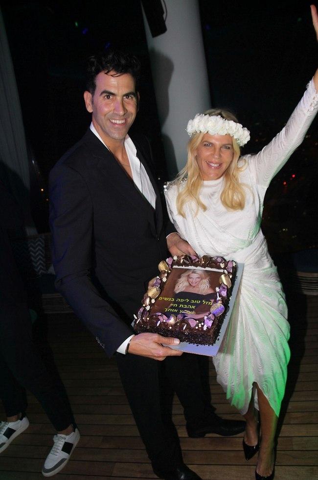 כמו חתן וכלה ביום חתונתם. סנדרה רינגלר ומשה שגב (צילום: אור גפן)