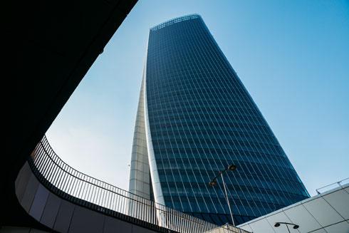 מבט מלמעלה על המגדל. שוכני הקומות העליונות נהנים מנוף הדואומו, אחרים יכולים להסתובב בקניון (צילום: Alexandre Rotenberg/Shutterstock)