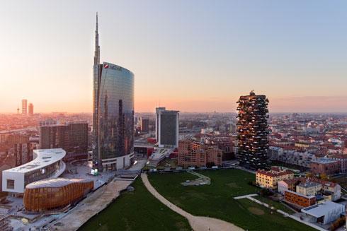 וכך, מגדל יוניקרדיט מחזיק בתואר המגדל הגבוה באיטליה. מימינו רואים את ''היער האנכי'' (צילום: easy camera/Shutterstock)
