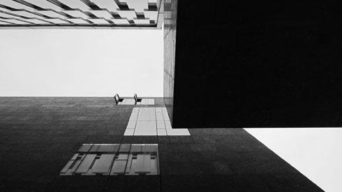 האפרוריות הפשוטה לכאורה היא ניסיון מוצלח להשתלב במרקם של רחוב ותיק (צילום: flickr, TWINKA, cc)