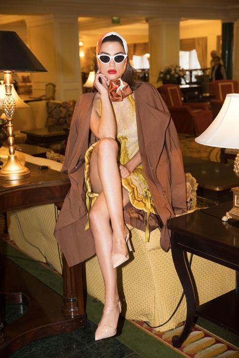 """""""לדוגמניות כמוני יש רק מה ללמוד מקארין. מטורף בעיניי ההישגים שהיא הגיעה אליהם"""". אלמליח בשמלה, ויוי בלאיש; מעיל, Cos; נעליים, זארה; משקפיים, Private vintage collection; מטפחת, איתי גונן (צילום: שי יחזקאל)"""