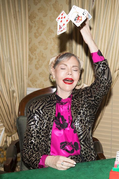 """""""אני לא מייצגת שום דור של דוגמניות - אני מייצגת מקצוענות"""". דנסקי בז'קט, אפרת שנהר פדואה; חולצה ומטפחת – איתי גונן; עגילים, אוסף אישי (צילום: שי יחזקאל)"""