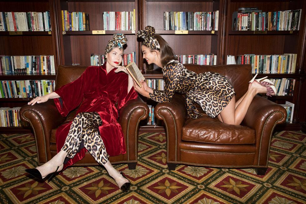 """""""היום כולם רוצים להיות בשואו ביזנס, לכן אני מעריכה דוגמניות כמו קארין, שנמצאת בתודעה יותר מ-50 שנה. לא פשוט לשמור על רלוונטיות, זה כישרון בעיניי"""". שיר אלמליח בשמלה וסרט – ליאורה טרגן; עגילים, ג'קי או; נעליים, דיור וינטג'. קארין דנסקי בבגדים – ליאורה טרגן; מטפחת ונעליים – זארה (צילום: שי יחזקאל)"""