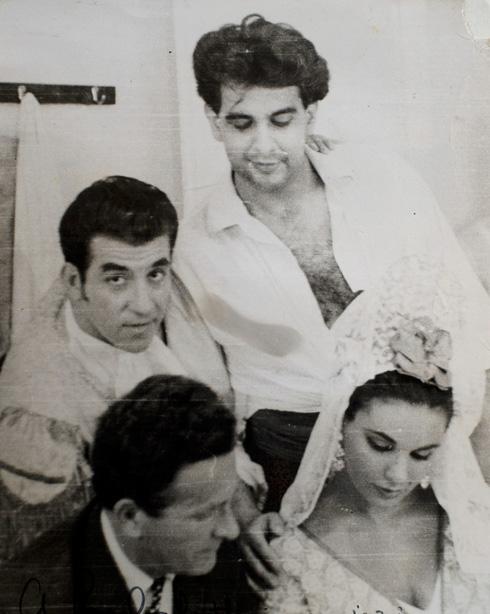 """רוט (למטה, משמאל) עם הזמרים פלסידו דומינגו, אשתו מרתה ופרנקו איגלסיאס. """"אפשר לומר שאני מבסוט"""" (צילום רפרודוקציה: יובל חן)"""