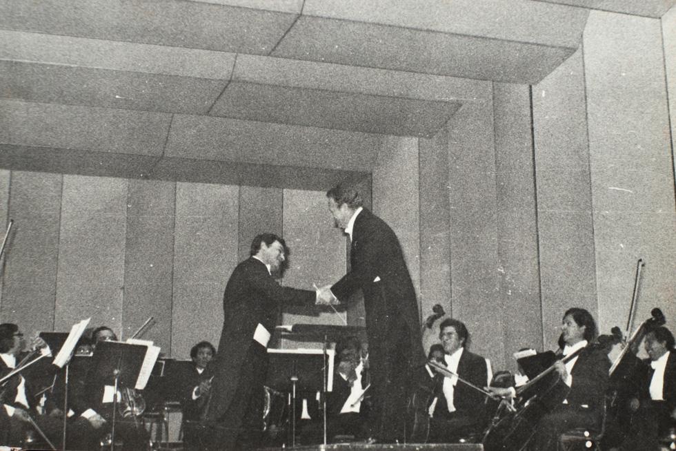 """בקונצרט במקסיקו עם נגן הקרן הישראלי מאיר רימון, 1985.  """"עבדתי שם בתנאים יוצאים מן הכלל"""" (צילום רפרודוקציה: יובל חן)"""