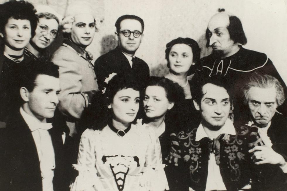 """רוט (משמאל) עם צוות האופרה """"כרמן"""" ברומניה, 1953. """"לא נתנו לי ללכת למקום אחר"""" (צילום רפרודוקציה: יובל חן)"""