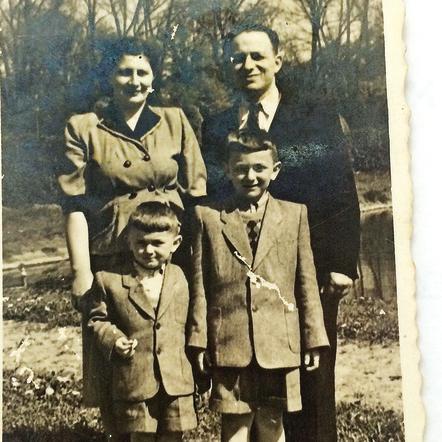 """""""הבנתי שזה מה יש, שאני מוברג למשפחה של אמא ואבא, אחי ואני, וזהו"""". גולן עם אחיו הצעיר מוטי, ועם הוריו פולה ומונייק"""