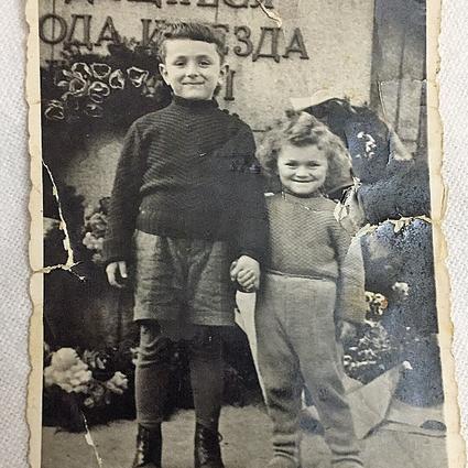 """""""הוריי לא רצו 'לסמן' אותנו כיהודים"""". אריה גולן עם אחיו הצעיר, מוטי"""