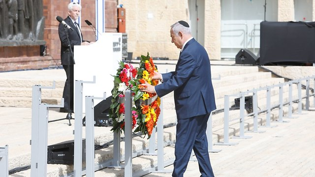 PM Netanyahu lays a wreath at memorial ceremony (Photo: Shaul Golan)
