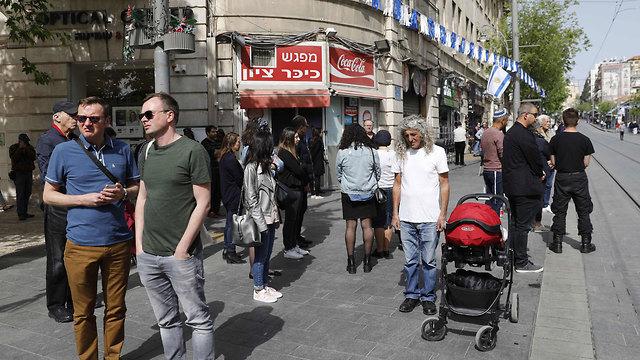 צפירה טיילת תל אביב יום השואה שואה נהגים עוצרים ב כביש  (Photo: AFP)