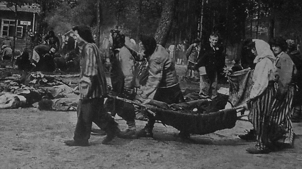 פינוי גופות בברגן בלזן ליד ביתן 210 שבו השתכנו העצורים מלוב (באדיבות המכון ללימודים ולמחקר יהדות לוב, מרכז