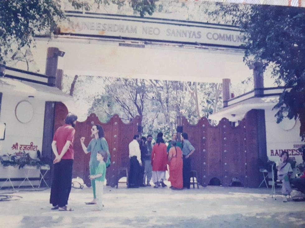 השער הראשי של האשרם של אושו בפונה-הודו (צילום: אוסף פרטי)