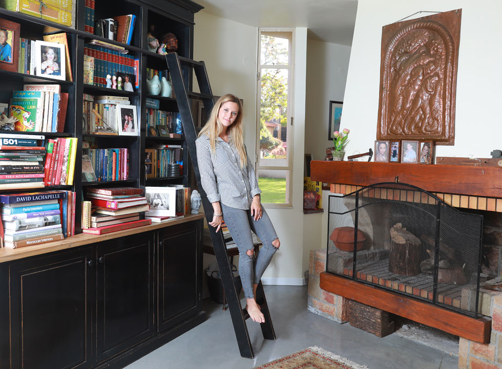 """""""לא גדלתי בבית שדחפו אותי להקים עסק, אבל חונכתי ליזמות. כיום אני עושה את השיווק, האינסטגרם, המכירות והעיצוב, ומחזיקה גם שתי עובדות"""" (צילום: דנה קופל)"""