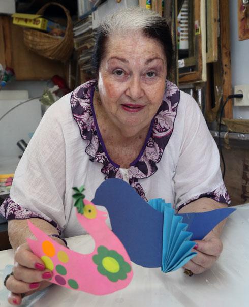 """""""תמיד ביליתי איתה בסדנה בחצר הבית באפקה. היה לנו בילוי קבוע מדי שבת שבו הייתי מגיעה לצייר איתה על בדי משי. היא היתה פורשת לישון צהריים עד שהציור יתייבש, ובינתיים הייתי גונבת מסטיקים מהארון"""" (צילום: שאול גולן)"""