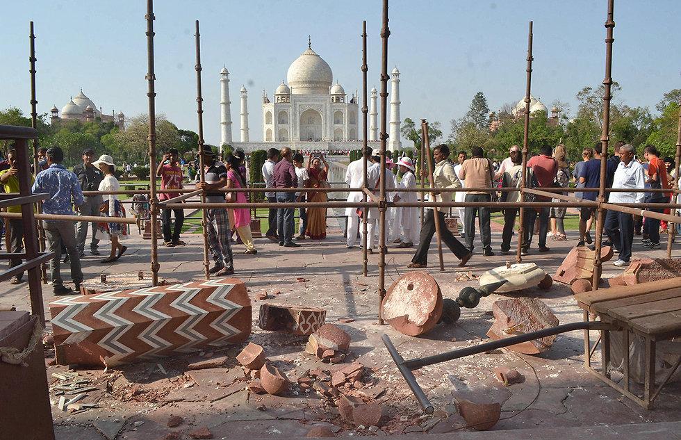 עמודים עתיקים התמוטטו בכניסה ל טאג' מאהל ב הודו (צילום: EPA)