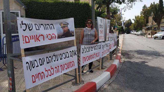 מחאה בית ראש הממשלה ירושלים  אירית שחר  אמא של חייל עמרי שחר  (באדיבות המשפחה)