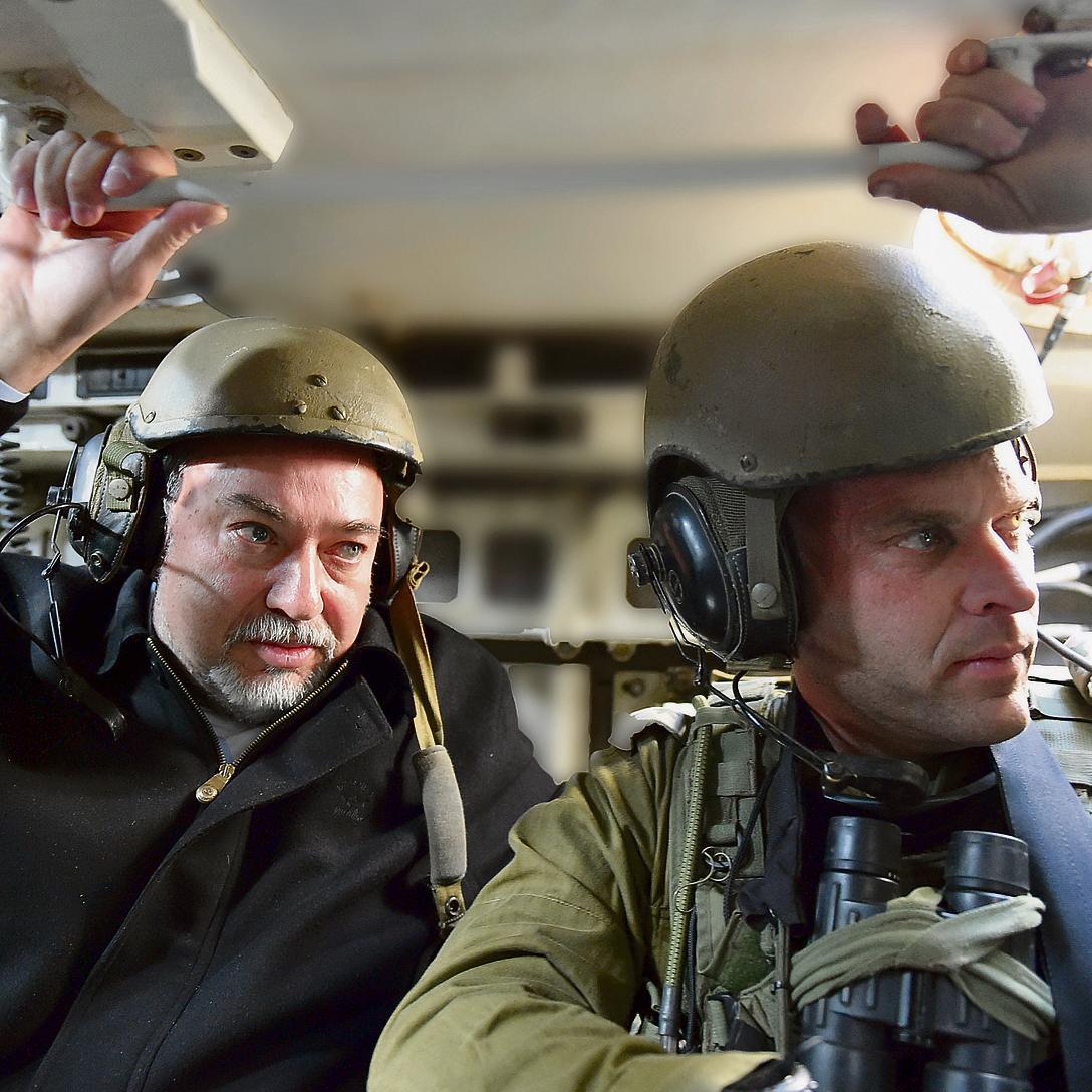 """אל""""מ בינדר עם שר הביטחון בתרגיל חטיבתי. """"קשה לי להיות באור הזרקורים"""""""