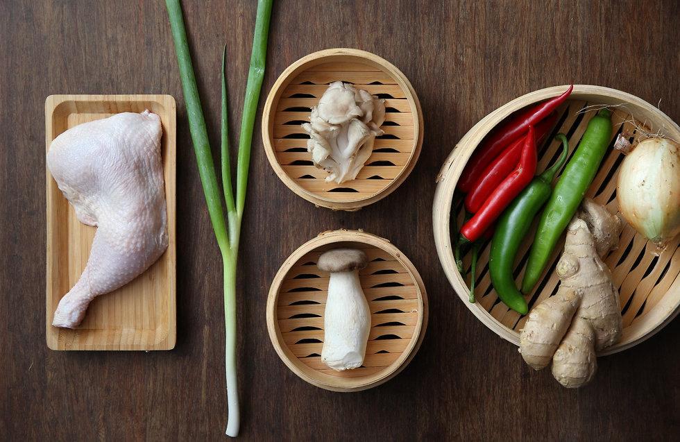 מצרכים להכנת עוף תאילנדי בג'ינג'ר (צילום: ירון ברנר)