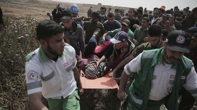 פצועים בגבול רצועת עזה (צילום: AP)