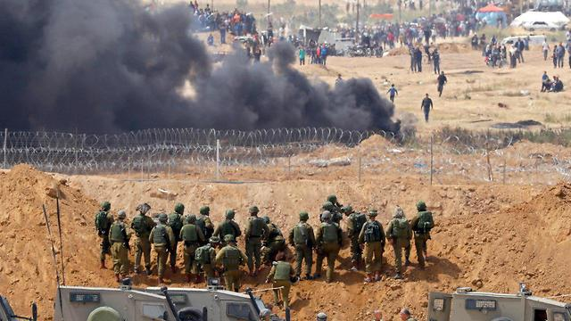 IDF faces protesters on Gaza border (Photo: AFP)