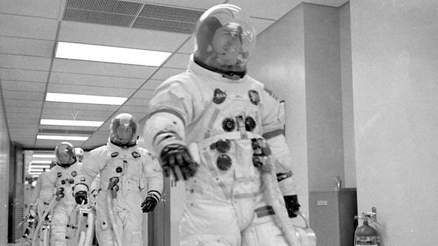 שלושת האסטרונאוטים בדרך לחללית (צילום: נאס