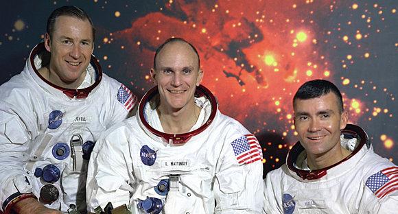 """הצוות המקורי. קן מטינגלי, שהוחלף יומיים לפני השיגור (במרכז) עם ג'ים לאבל (משמאל) ופרד הייז (צילום: נאס""""א)"""