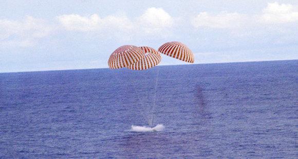 """הנחיתה של אפולו 13 באוקיינוס (צילום: נאס""""א)"""