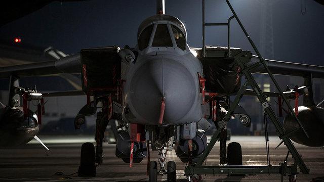 מטוס בריטי בשוויץ לפני שיגורו להפצצה בסוריה (צילום: EPA)