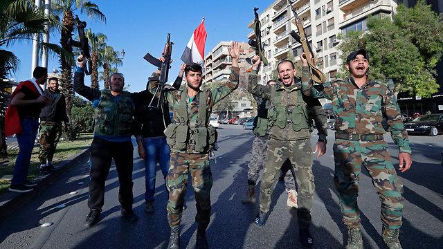 סורים מפגינים ב דמשק אחרי התקיפה ב סוריה (צילום: AP)
