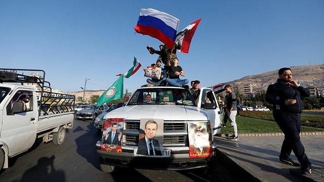 סורים מפגינים ב דמשק אחרי התקיפה ב סוריה (צילום: רויטרס)