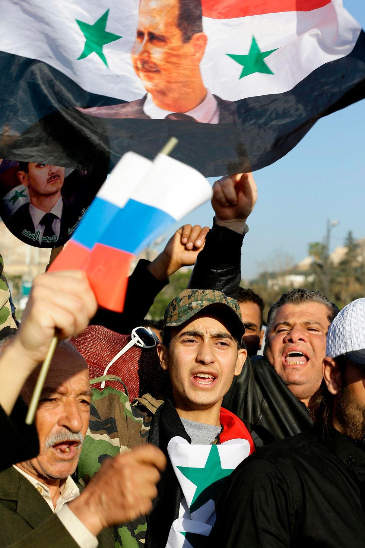 סורים מפגינים ב דמשק אחרי התקיפה ב סוריה (צילום: AFP)