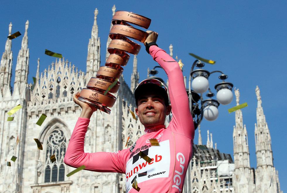 טום דומולן חוגג עם גביע ג'ירו ד'איטליה (צילום: AP)