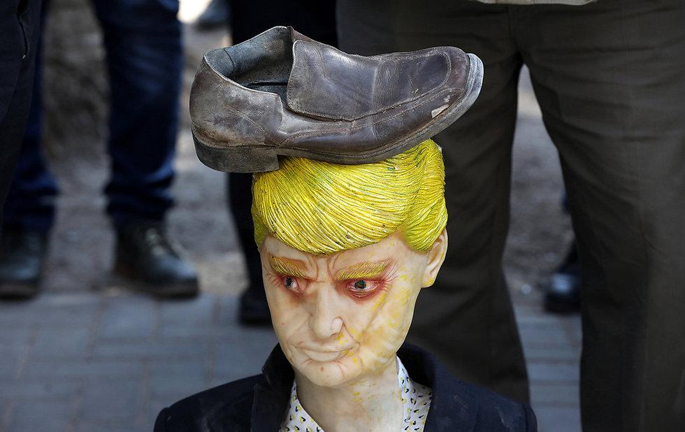 בובה של דונלד טראמפ בהפגנה בשכם (צילום: EPA)