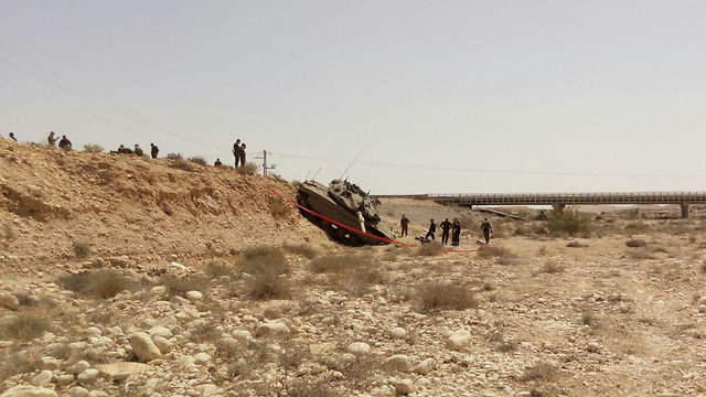 טנק שהתדרדר בעוצבת אדום חייל נהרג ()