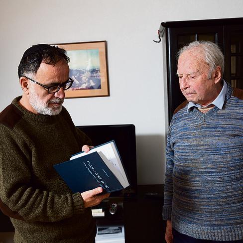 תופר מילים וספרים לאיחוי הקרע. עם יוחנן אליחי | צילום: אלכס קולומויסקי
