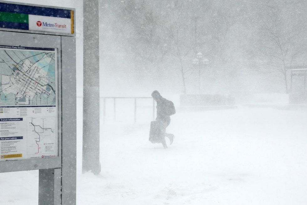 הרוגים וביטולי טיסות בסופת שלגים במרכז ארה